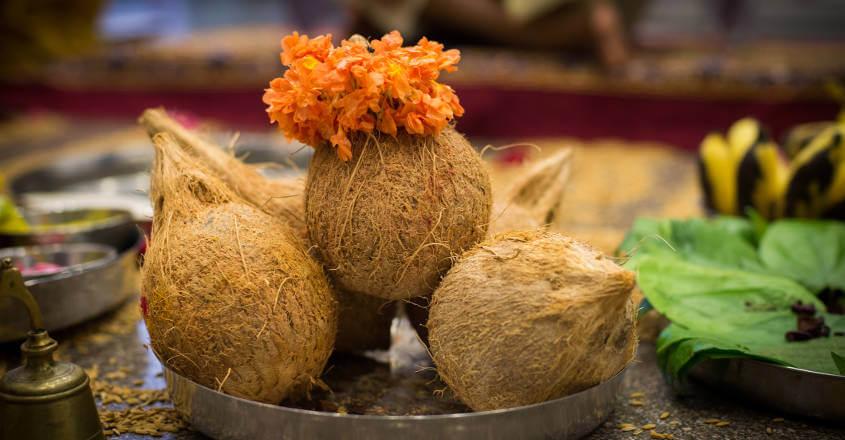 हनुमान जी के मंदिर में किस दिन नारियल चढ़ाना होता है